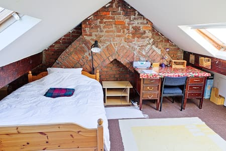 Airy Attic in Leafy Neighbourhood - Cardiff