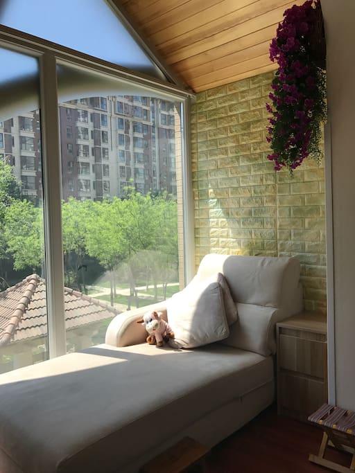窗前绿树盈盈,室内阳光明媚