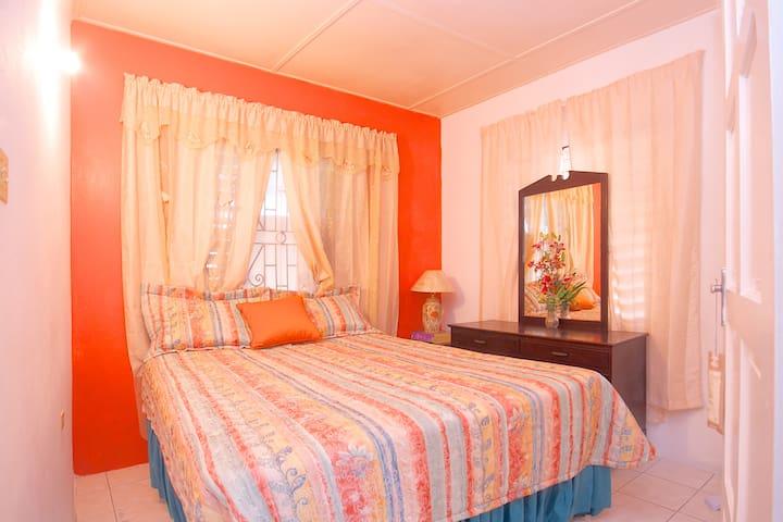 Bedroom l.      (queen sized bed)