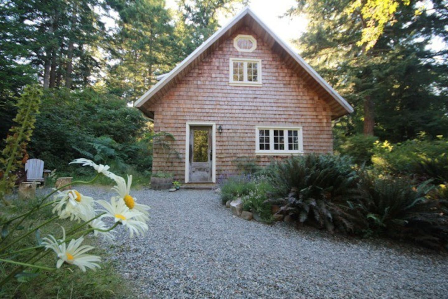 Perrywinkle Cottage - a delightful cottage on a forested rural property full of quirk and charm.
