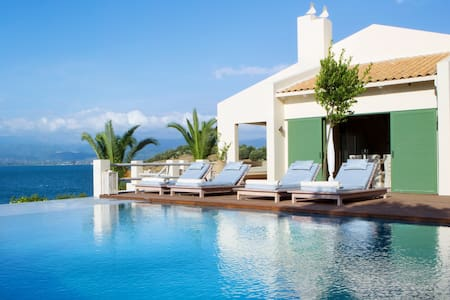 Private seafront villa. Sleeps 18. Cook incl. - Sparto - Vila