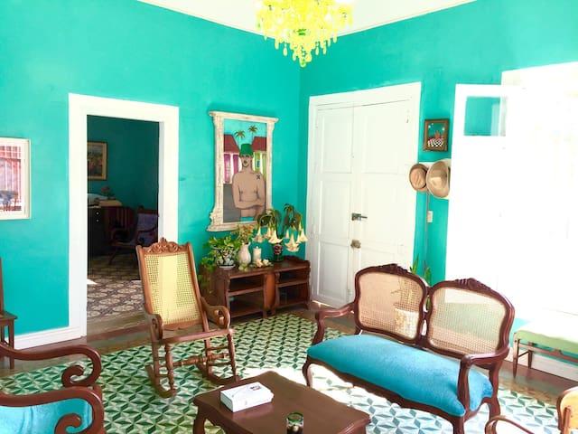 Luminosa sala con muebles típicos elaborados en Tlacotalpan, puede usted visitar los talleres de los maestros ebanistas.