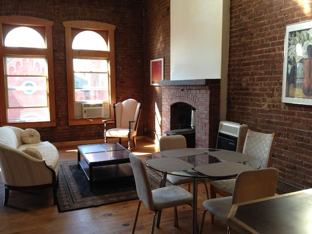 Spacious Historic Williamsburg 2/1.5 Townhouse