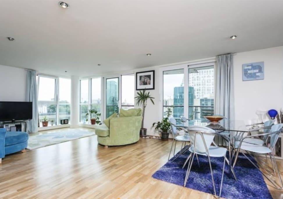 Full use of the living room & dining room - be mesmerised by the views of London.