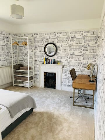 Guest king size bedroom with open storage