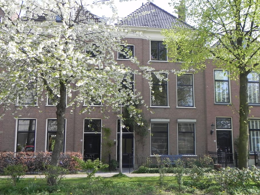 Quiet location yet within 10 minutes walking distance of Delft's city centre