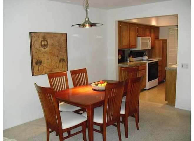 Dining room for 6 and fully furnished kitchen.