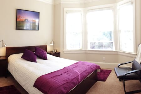 Amazing SoMa Victorian! Purple Room