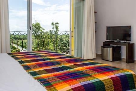 Spacious Kingsize Bedroom incl Breakfast @ 5th Av.