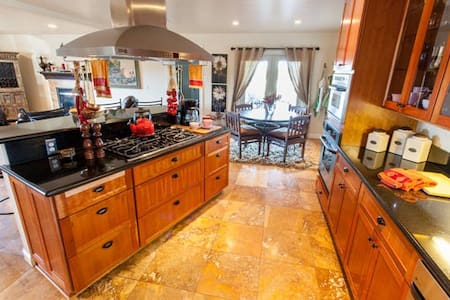 Luxe Home, Boutique Farm w/animals-5 mins to Beach