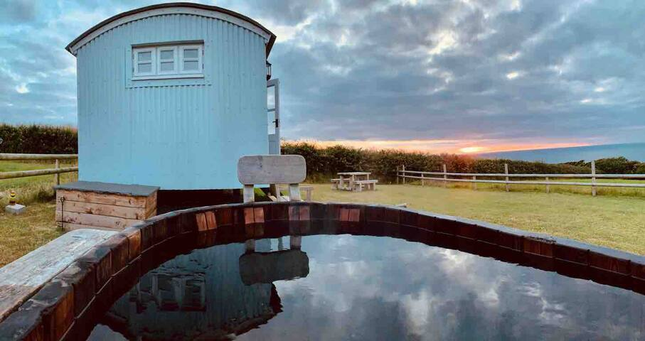 Heated Shepherds Hut, Amazing Sea views, Hot tub