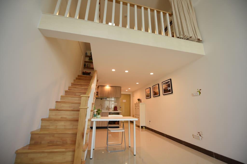 通往二楼的楼梯