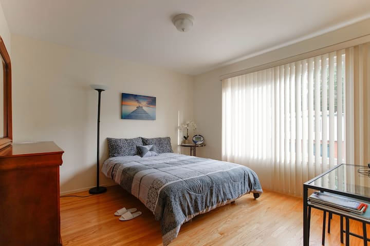 Comfy room in a nice house with SF panoramic views - Daly City