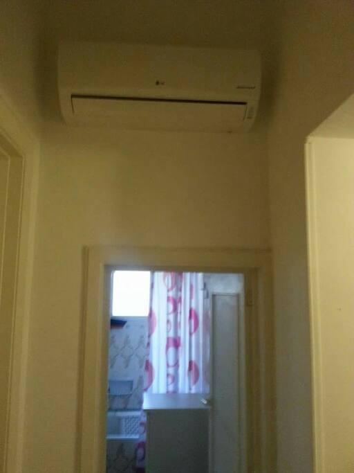 Condizionatore e porta del bagno