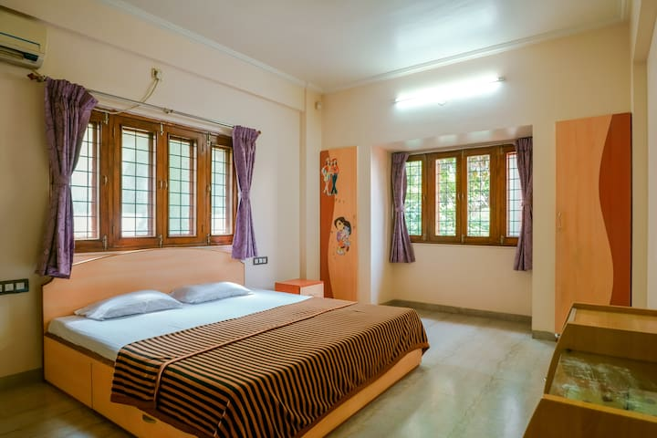 Private Room in Bungalow in Wakad