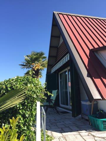 gemütliches Nur-Dach-Haus am Lago Maggiore