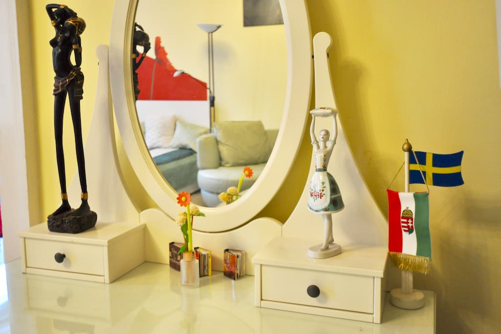 Green Room (bedroom-livingroom 30sqm): Table with Mirror