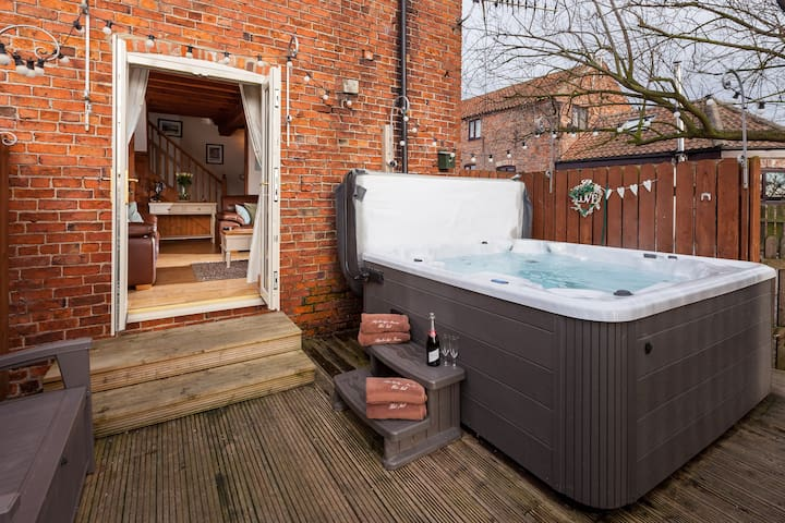 Cottage , Private hot tub , nr York (Skipbridge )