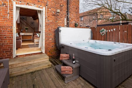 Granary Cottage ,  hot tub , nr York (Skipbridge)