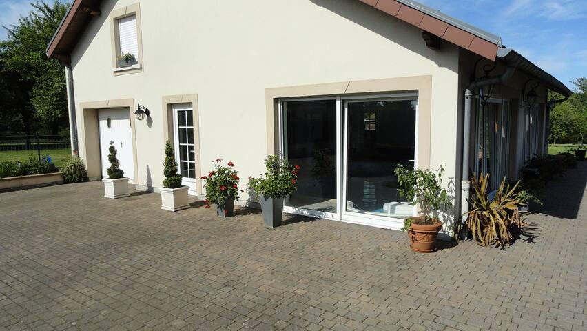 Petit appartement cocooning avec jardin et piscine