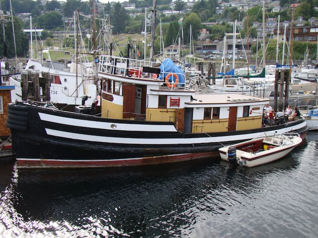 SLEEP ON A HISTORIC  WOOD TUG BOAT!!