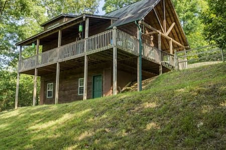 Beautiful Cabin in Mountains w/ 2 Master Bedrooms - Blairsville - Hus