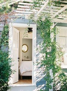 Bright & Tranquil Garden Guest Cottage - Santa Barbara - House