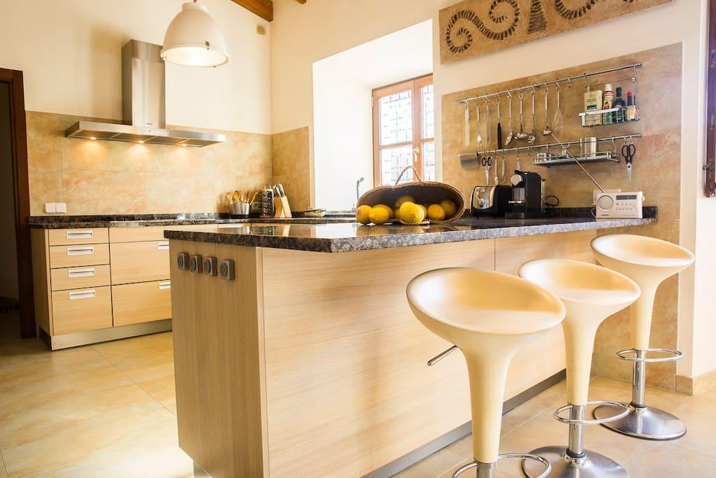 Die nette Frühstückstheke in der offenen Küche
