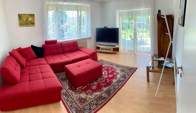 Schlafzimmer 1 mit großem Sofa. Bei 2, 3 oder 4 Gästen wird das Sofa zu einem großzügigem Doppelbett umgebaut. Sleeping room 1 with big sofa. If there are 2,3 or 4 guests we can  turn the sofa to a comfortable Kingsize- bed.