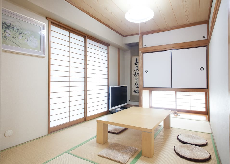 Use this Japanese-style room as the living room.