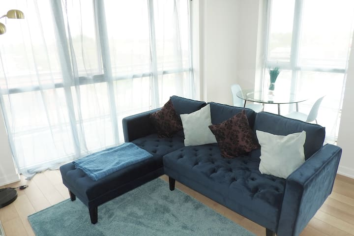 Yorkdale/Airport Condo, 2 Beds, Free Parking/WIFI
