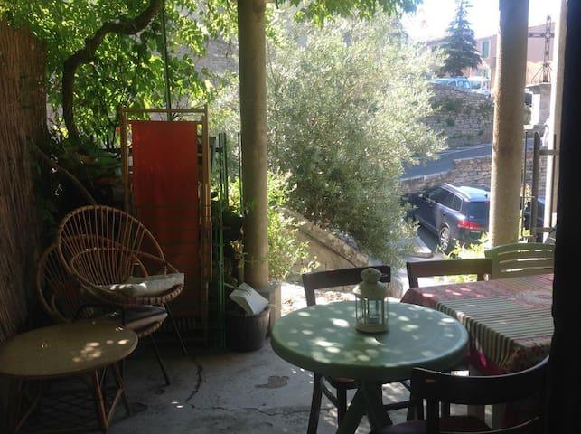 La terrasse ombragée sous la bignogne