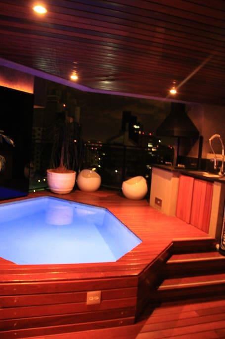 varanda com churrasqueira, cooktop, freezer e piscina / balcony with barbecue, cooktop, freezer and swimming pool