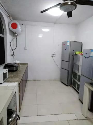 厨房有煤气炉,微波炉,冰箱,电饭煲,炒锅,蒸锅及餐具,洗菜盆有热水