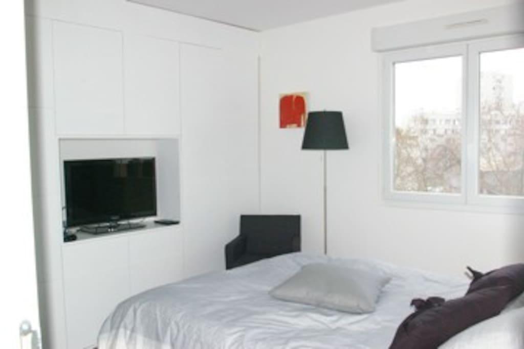 Chambre n°1:  lit double avec écran plat, lecteur DVD, imprimante Wifi et salle de bain