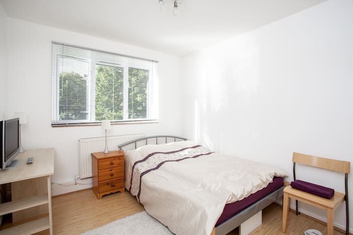 Bright double room near Westfield