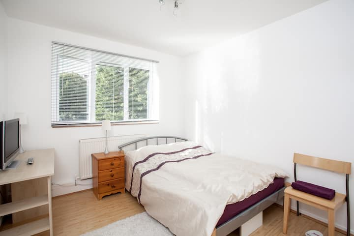 Bright double room near Westfield