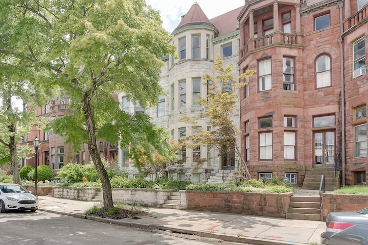 Stylish Brownstone Apartment With Private Garden