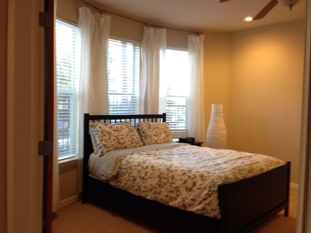 Guest Bedroom near Midtown, Downtown, Med Center - Houston - Casa adossada