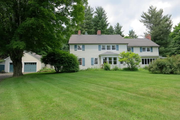 Cornwall Colonial w/ Twin Bedroom