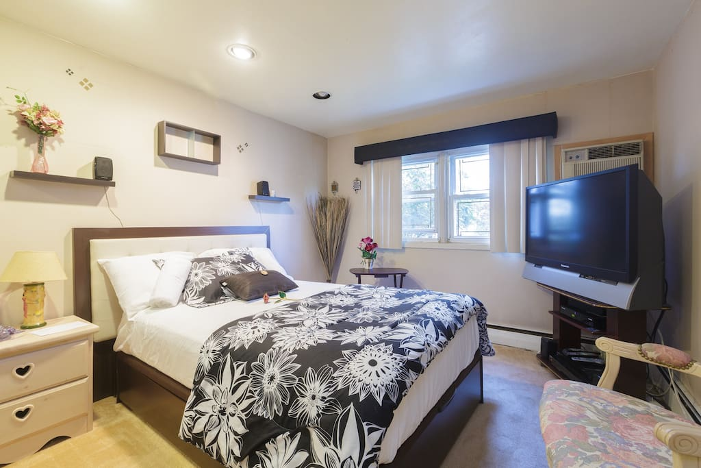 Beautiful Bedroom for 2 with Flat screen TV and cable...