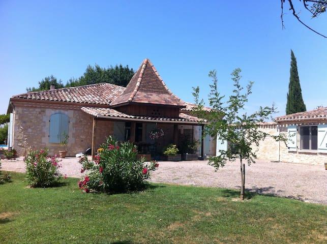 Le pigeonnier de Larrouquet  - Escornebœuf - 家庭式旅館