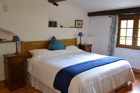Blue room in charming chambre d'hôte with views - Saint-Jean-de-Marcel - Bed & Breakfast