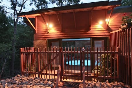 1 Br cabin w/ Pool! Private - Gatlinburg - Zomerhuis/Cottage