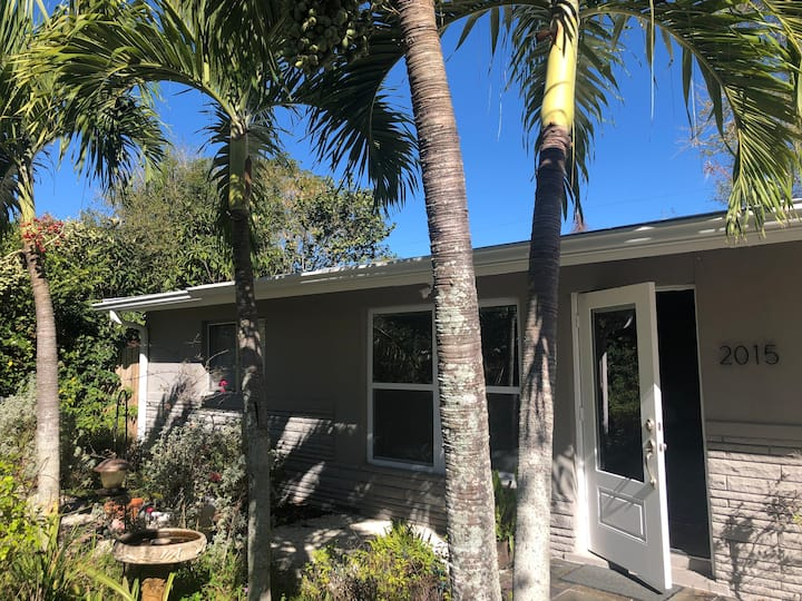 Sea Grape Cottage close to everything in Naples!