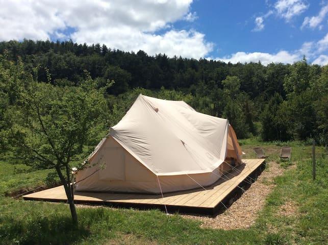 Tente aménagée en milieu naturel dans les Pyrénées