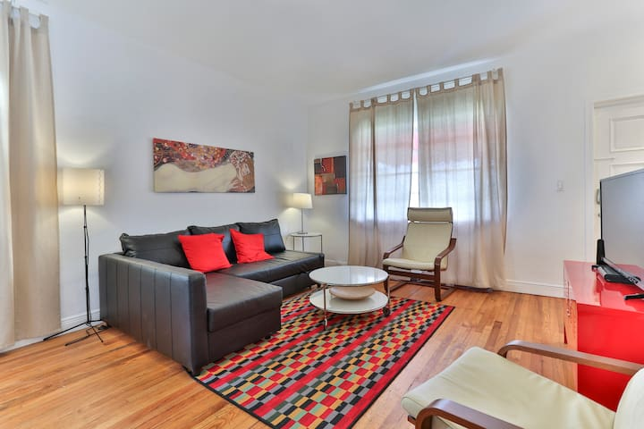 Centrally Located Impeccable Apartment, Sleeps 9