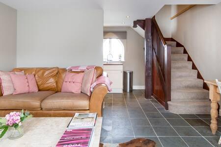 Grooms Cottage, Grimscote, Towcester