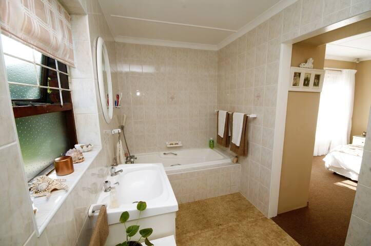Evensong - En-suite bathroom with bath