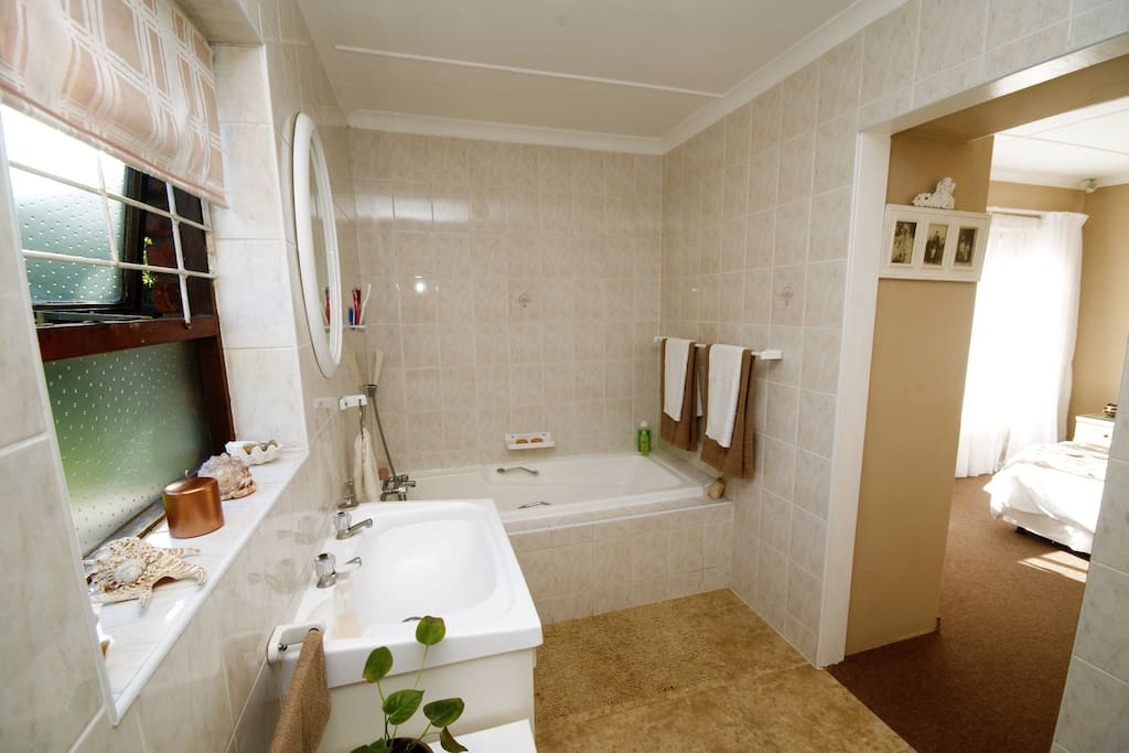 Evensong - En-suite bathroom with bath